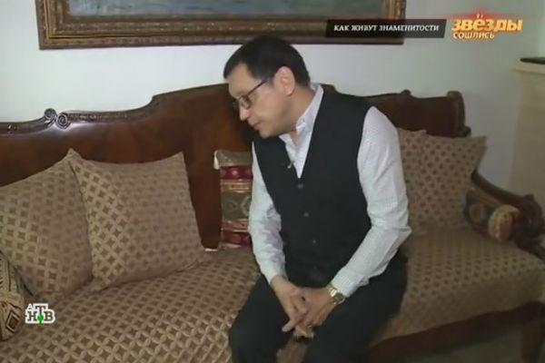 Режиссер признался, что антикварная мебель не очень удобна для жизни