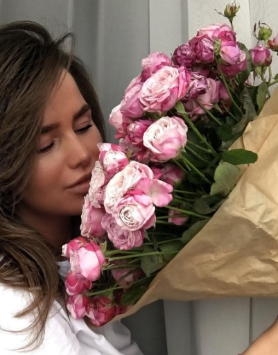 Алекса любит розовые розы