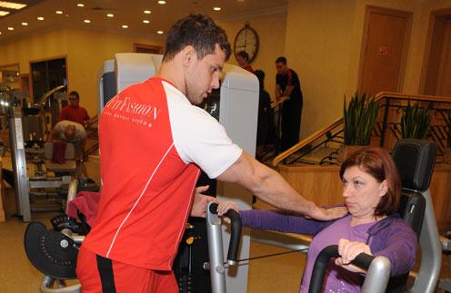 Ведущая программы «Давай поженимся!» («Первый канал») Роза Сябитова занимается с персональным тренером