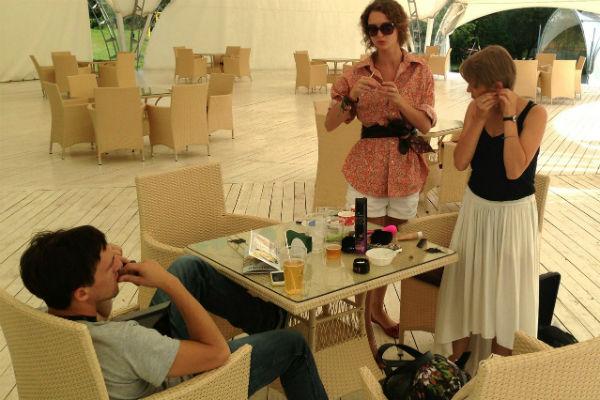 Вместе с Мельниковой на съемочную площадку клипа приехал и новоиспеченный супруг актрисы Артур Смольянинов