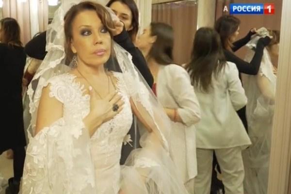 Азиза выбирает свадебное платье