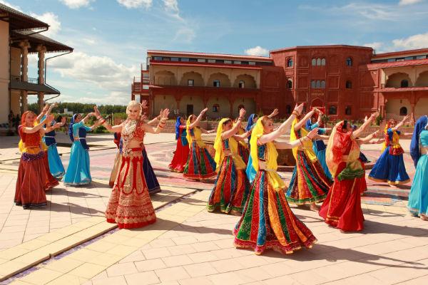 Подмосковье превратилось в красочную Индию во время съемок клипа