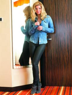 На актрисе Анастасии Задорожной одежда Guess: Рубашка, 5310 руб. Легинсы, 7074 руб. Ботильоны, 12040 руб.
