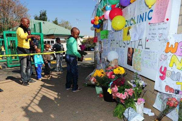 Соотечественники экс-президента постоянно приносят к стенам клиники, где лежит политик, мягкие игрушки, цветы и воздушные шары