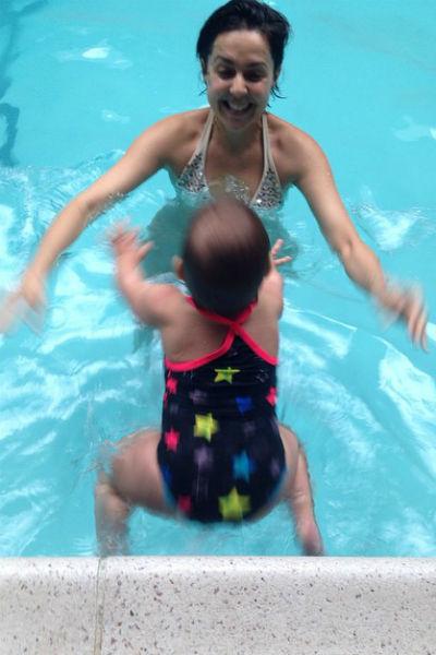 Ольга Шелест учит плавать дочь без нарукавников