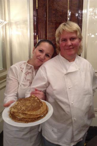 Шеф-повар Оксана Попова (справа) и ее помощница Ирина