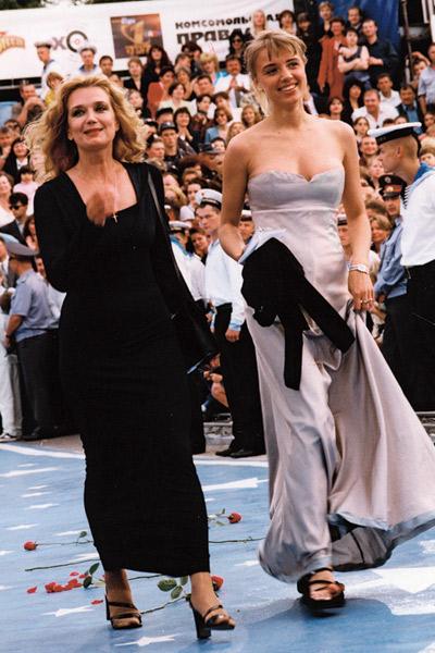 Актриса с дочерью Ксенией на «Кинотавре». Сочи, 1999 год