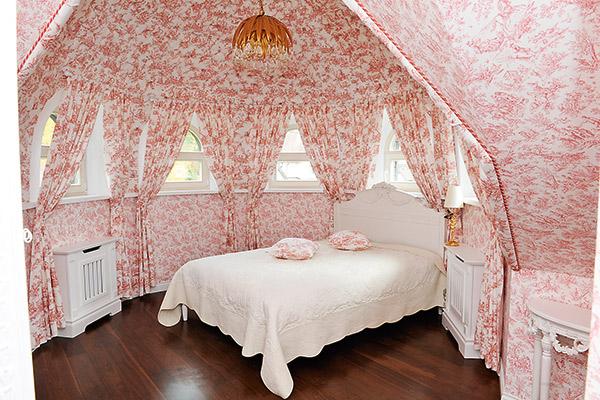 «Моя любимая спальня - розовая, на третьем этаже, - признается Наталья. - Если в доме не будет гостей, мы сможем менять спальню хоть каждый день!»