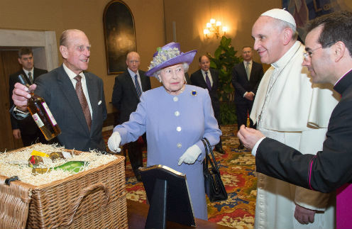 Принц Филипп демонстрирует папе Франциску бутылку виски