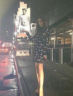 Виктория Бекхэм на фоне скандального плаката