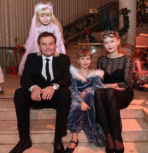 Алексей Учитель и Юлия Пересильд с дочерьми