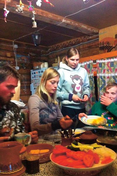 Жена Михалкова Лиза вместе с воспитанниками приюта готовила обед