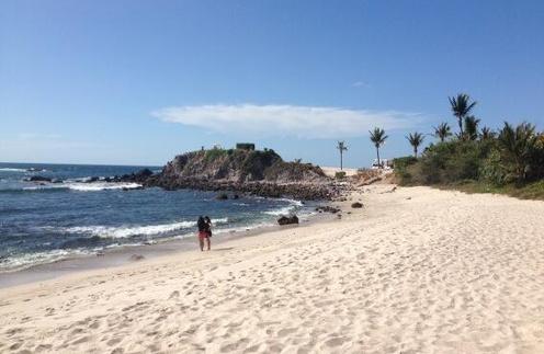 Яна гуляет по белоснежным песчаным пляжам