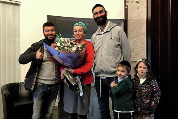 Певец растит детей нынешней жены от других браков