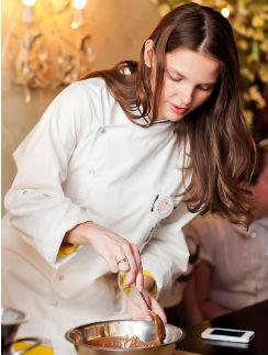 Елизавета Боярская в процессе приготовления конфет