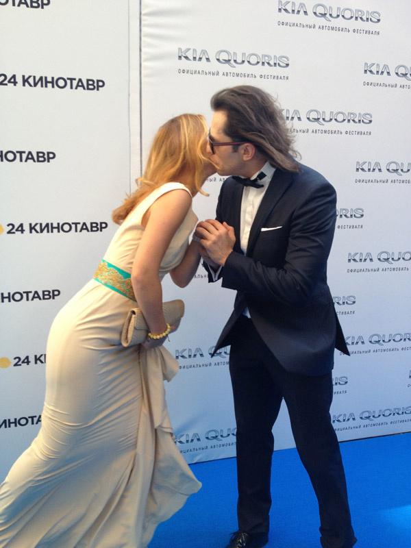 Елена Захарова и Александр Ревва, увидев друг друга, расцеловались