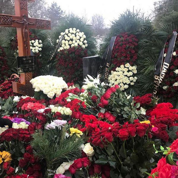 Цветы от всех, кто пришел проводить Ткаченко в последний путь