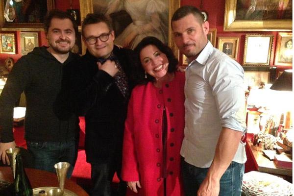 Александр Васильев с гостями в своей парижской квартире
