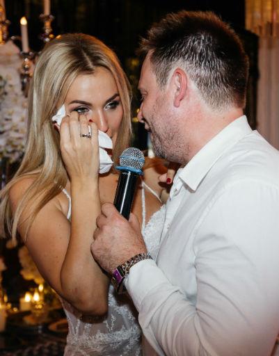 Анна была тронута до слез поздравлением мужа