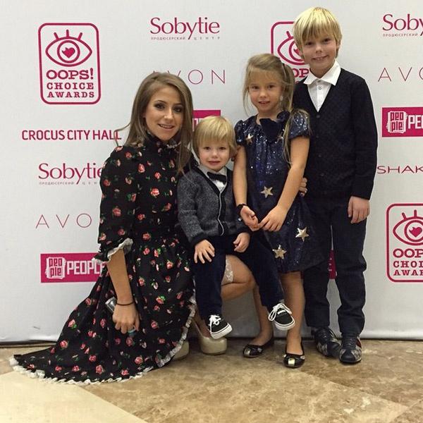 Юлия с детьми на вручении премии
