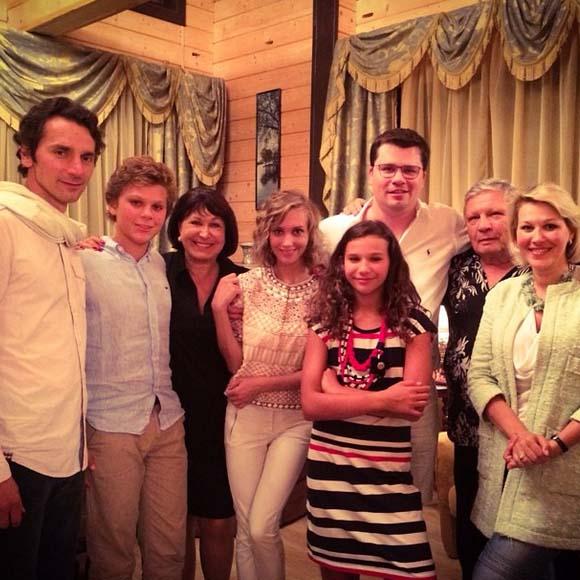 «Прекрасная семья моего любимого мужа», - комментирует фото Кристина