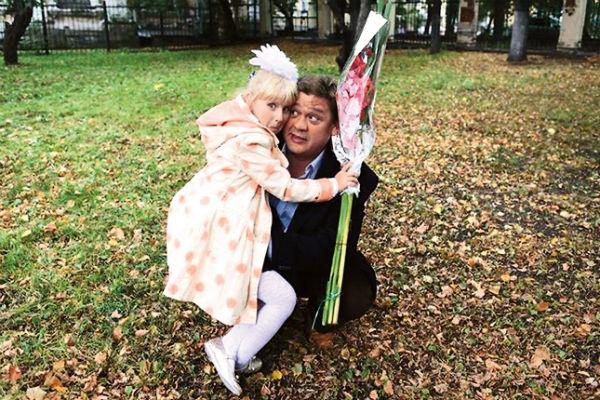 Папа, артист Алексей Аптовцев, всегда провожает дочку в школу 1 сентября