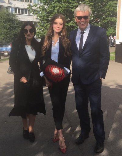 Саша Стриженова со звездными родителями Екатериной и Александром