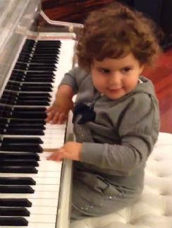 Маргарита играет на рояле