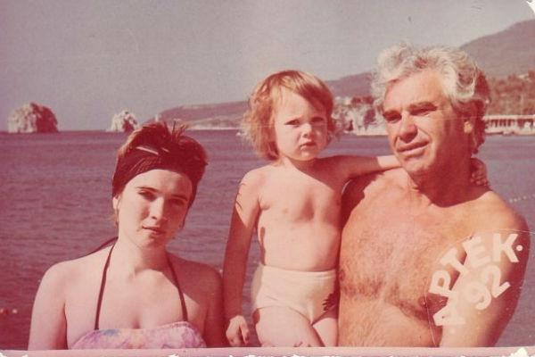 По признаниям певицы, именно дедушка растил из нее артистку. На фото: Александра с мамой и дедушкой