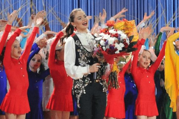 Алина Кабаева поет на благотворительном фестивале