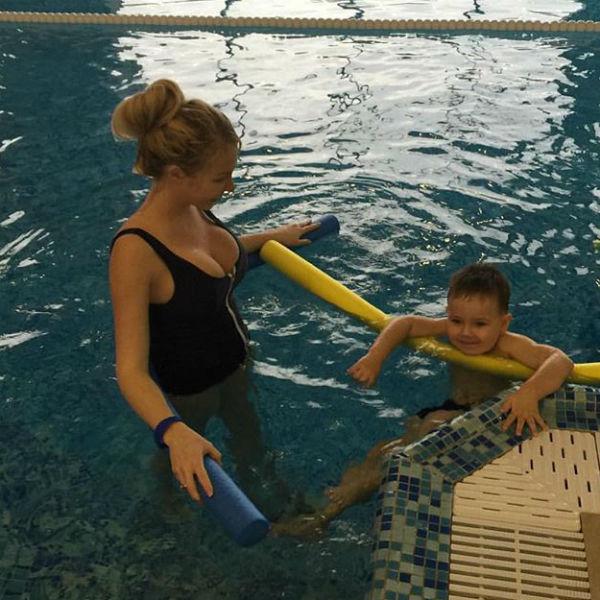 Плаванием участница реалити-шоу занимается с сыном, но признается, что сейчас ей стало сложнее на занятиях