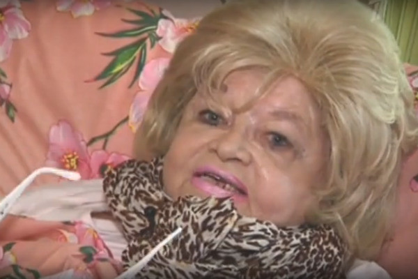 По словам соседей, актриса злоупотребляла спиртными напитками