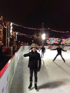 В смешной шапке Элайджа покатался на коньках