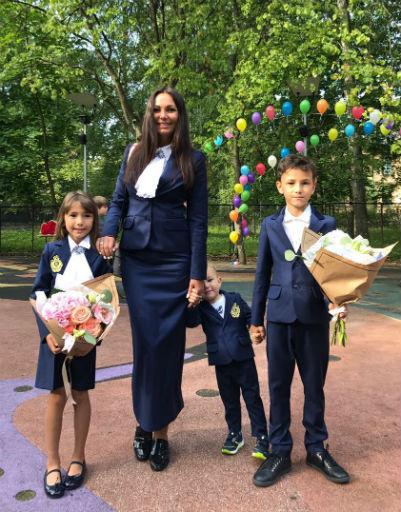 Инна Жиркова проводила дочь в первый класс