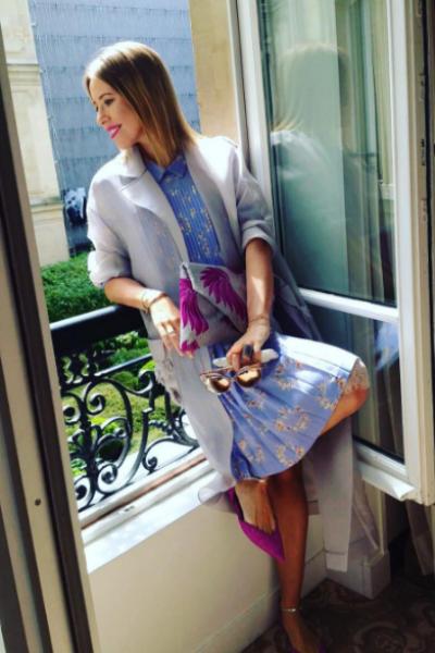 Ксения Собчак смотрит на Париж из окна отеля