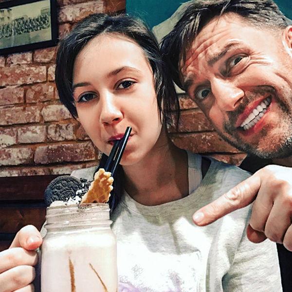 Актер обожает 12-летнюю дочь Веронику. Несмотря на плотный график, они всегда на связи