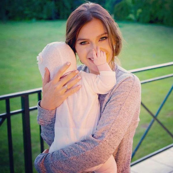 Маленькая Сашенька растет спокойным ребенком и позволяет маме уделять время себе и своей карьере