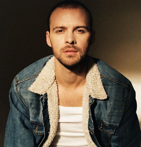 Российский зритель узнал Макса после появления на радиостанциях песни Lost In Love в 2010 году