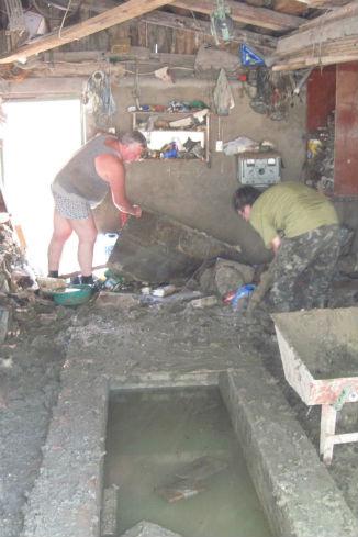 БЫЛО. Георгий Солдаткин вместе с волонтерами расчищает от грязи гараж