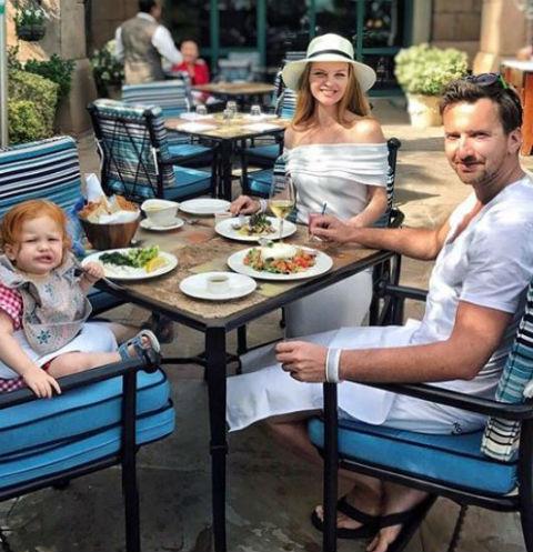 Елена с супругом и дочерью