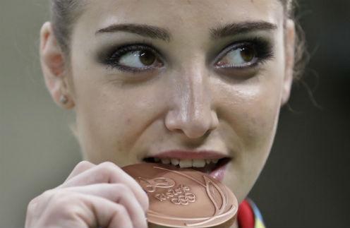Алия Мустафина стала первой в упражнениях на брусьях