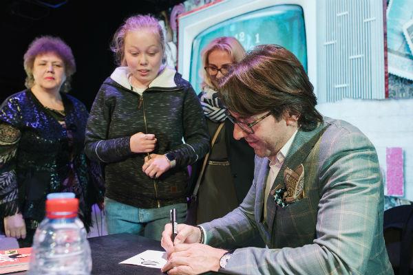 После спектакля Андрей Малахов раздавал автографы