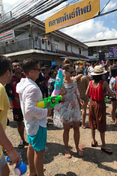 Тайцы поливают друг друга из водных пистолетов