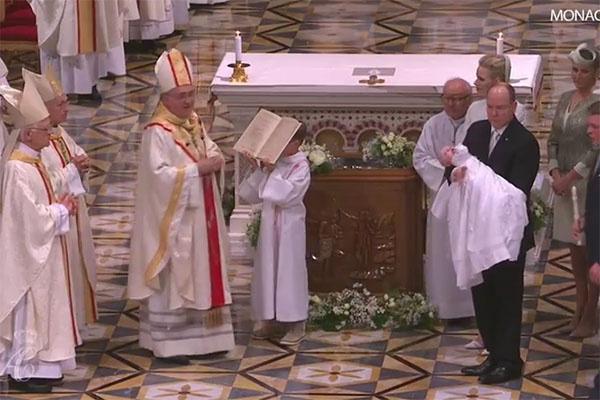 Крестил малышей главный архиепископ Монако