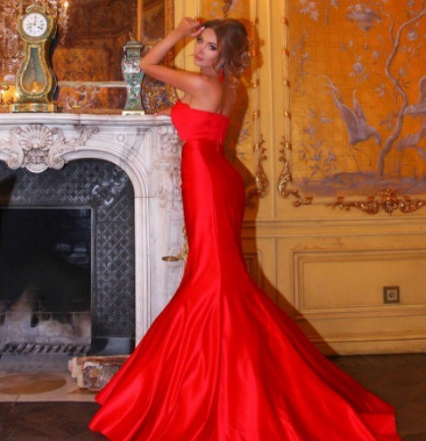 Евгения Феофилактова в свой день рождения облачилась в красное вечернее платье