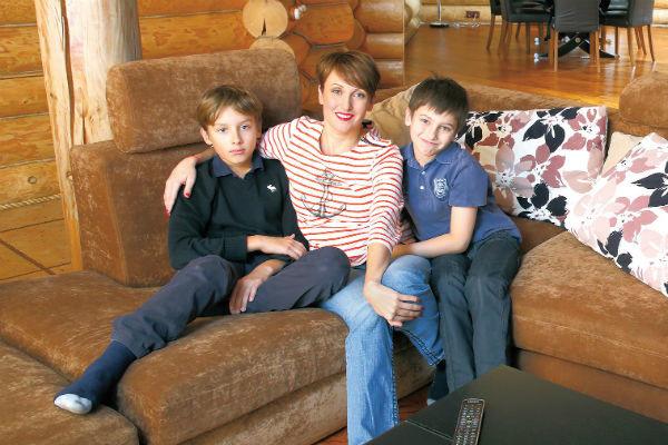 Супруга музыканта с сыновьями Арсением и Афанасием