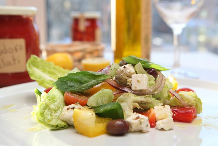 Греческий салат отлично дополняет соевый сыр тофу