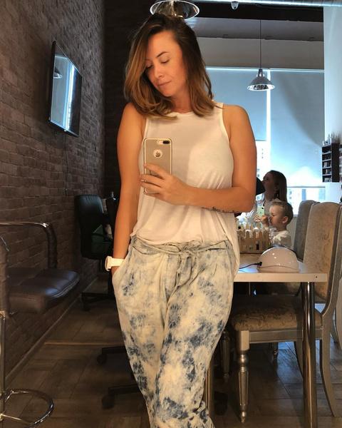 Наталья время от времени перебирает гардероб Жанны