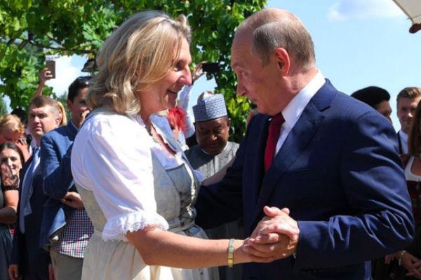 Владимир Путин и министр иностранных дел Австрии Карин Кнайсль