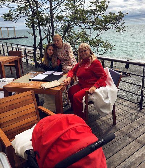 Татьяна Навка с мамой и дочерьми на отдыхе в Сочи